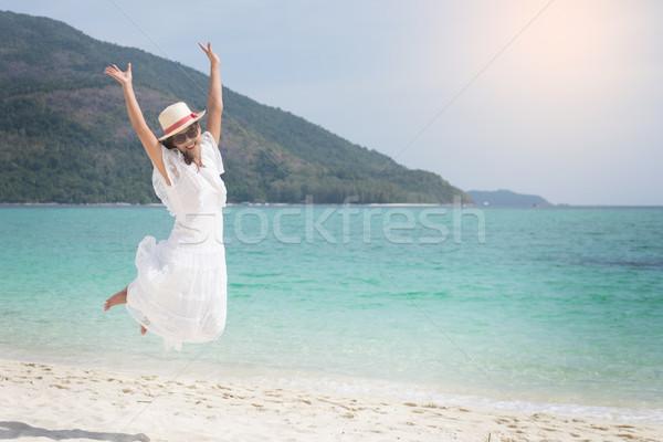 Piękna beztroski kobieta relaks plaży Zdjęcia stock © snowing