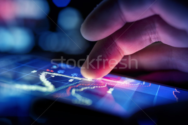 Zakenman gegevens stad mobiele controleren Stockfoto © solarseven