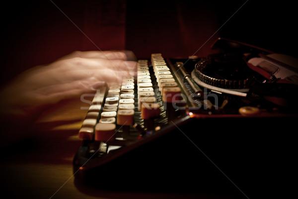 Wpisując vintage maszyny do pisania osoby technologii tabeli Zdjęcia stock © solarseven