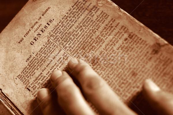 Begin hand bijbel pagina familie recht Stockfoto © soupstock