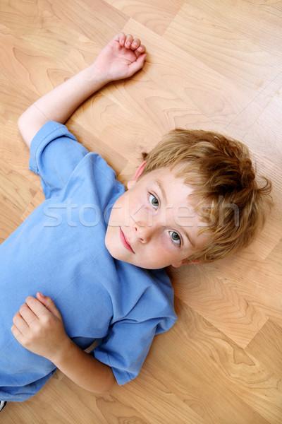 Ernstig jongen vloer Maakt een reservekopie Stockfoto © soupstock