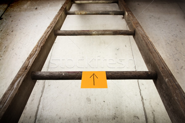 Oude houten ladder cement muur sticky note Stockfoto © soupstock