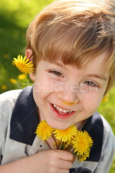Jongen paardebloemen paardebloem bloemen Stockfoto © soupstock
