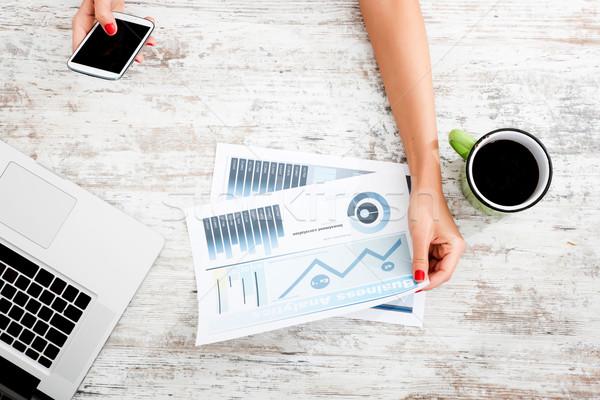 üzlet analitika fiatal nő tart táblázat iroda Stock fotó © Spectral