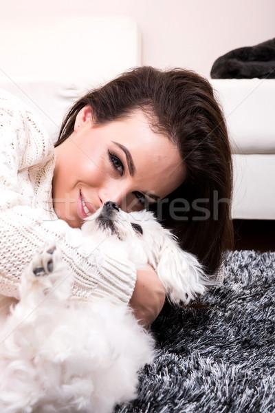 Giovani bella donna cucciolo intimo tappeto Foto d'archivio © Spectral