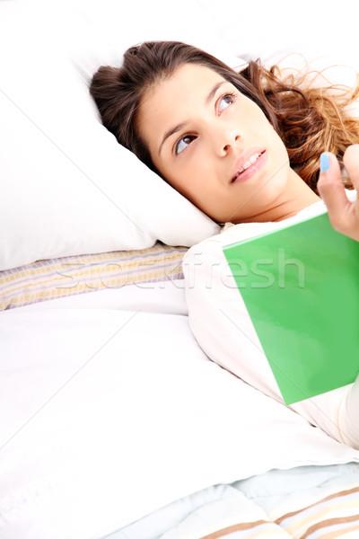 Lectura libro cama jóvenes mujer nina Foto stock © Spectral