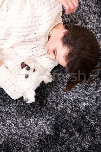 Giovani bella donna cane tappeto soggiorno Foto d'archivio © Spectral
