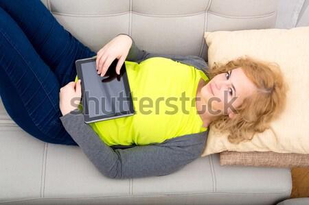 Jovem plus size mulher relaxante sofá sala de estar Foto stock © Spectral