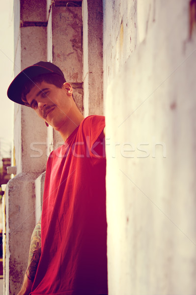 Rapper mur jeunes homme graffitis Photo stock © Spectral