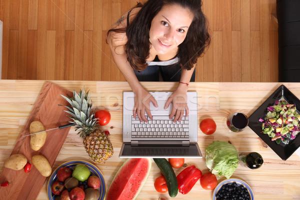 Stock fotó: Nő · laptopot · használ · főzés · fiatal · nő · ház · internet