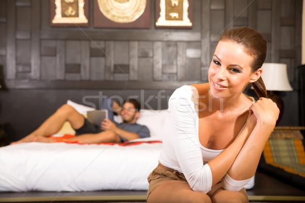 Férias quarto de hotel jovem feliz Foto stock © Spectral