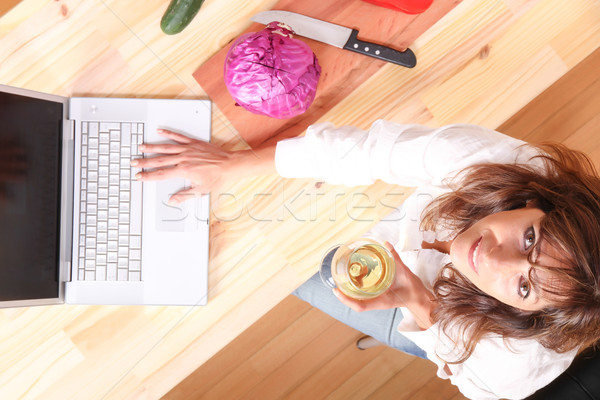Internet cottura bella donna matura cucina Foto d'archivio © Spectral