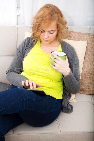 ストックフォト: 若い女性 · ソファ · 小さな · プラスサイズ · 女性