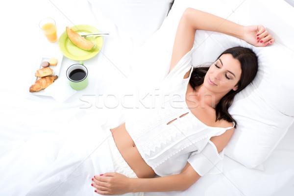 Piękna młoda kobieta śniadanie bed wcześnie rano kawy Zdjęcia stock © Spectral