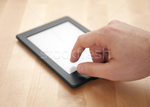 Tabletka ebook czytelnik drewna człowiek komórkowych Zdjęcia stock © sqback