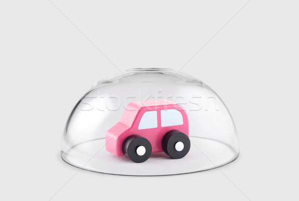 Foto stock: Pequeno · brinquedo · de · madeira · carro · protegido · vidro · cúpula