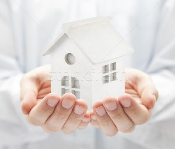 Küçük beyaz oyuncak ev eller Bina Stok fotoğraf © sqback