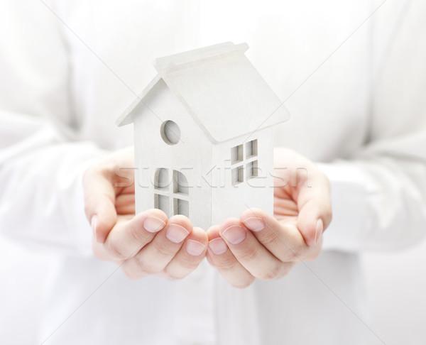 Klein witte speelgoed huis handen gebouw Stockfoto © sqback
