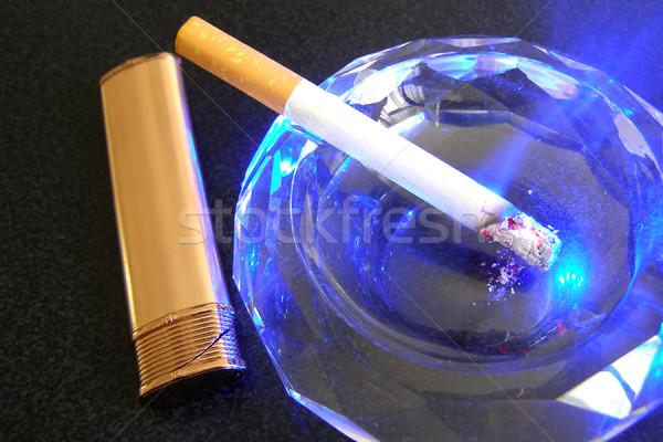 Cigarro isqueiro cinzeiro preto tabela fumador Foto stock © SRNR