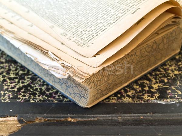 Eski açık kitap kapalı kitap beyaz tablo Stok fotoğraf © SRNR