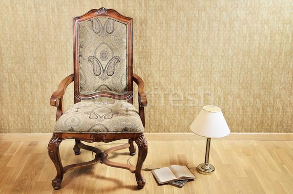 Oude fauteuil bureau lamp boeken vloer Stockfoto © SRNR