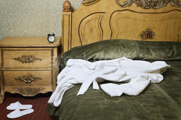 Witte badjas oude antieke bed interieur Stockfoto © SRNR