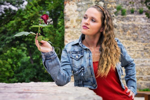 Güzellik gül güzel genç kadın ayakta duvar Stok fotoğraf © Steevy84
