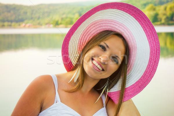 Güzellik şapka güzel genç kadın ayakta göl Stok fotoğraf © Steevy84
