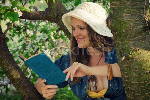 Okuma bahçe genç kadın kitap kadın çiçekler Stok fotoğraf © Steevy84