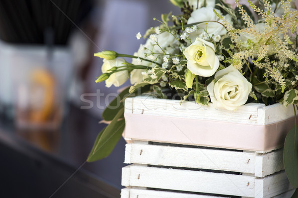 Bruiloft bloem decoratie witte rozen houten Stockfoto © stefanoventuri