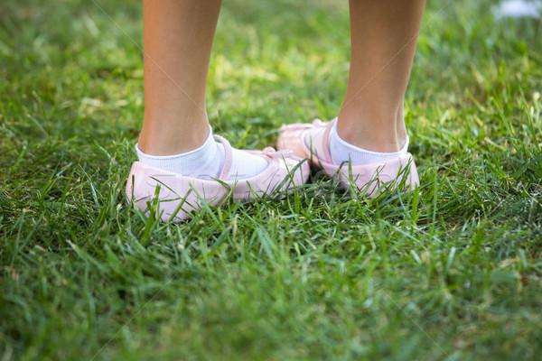Roze schoenen groen gras meisje baby Stockfoto © stefanoventuri