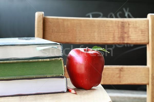 Zdjęcia stock: Powrót · do · szkoły · szkoły · książek · jabłko · farbują · biurko