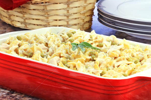 Romig tonijn pasta diner mand brood Stockfoto © StephanieFrey