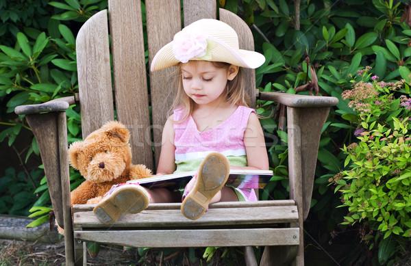 Criança leitura ursinho de pelúcia little girl ler diversão Foto stock © StephanieFrey