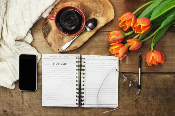 To do list koffie Open boek mobiele telefoon bloemen houten tafel Stockfoto © StephanieFrey