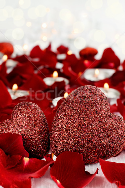 Stockfoto: Valentijnsdag · harten · kaarsen · rozenblaadjes · witte · kamer