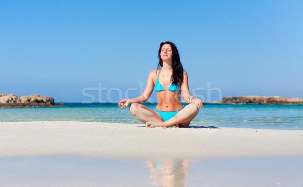 Nő meditál tengerpart békés egészséges fitt Stock fotó © stepstock