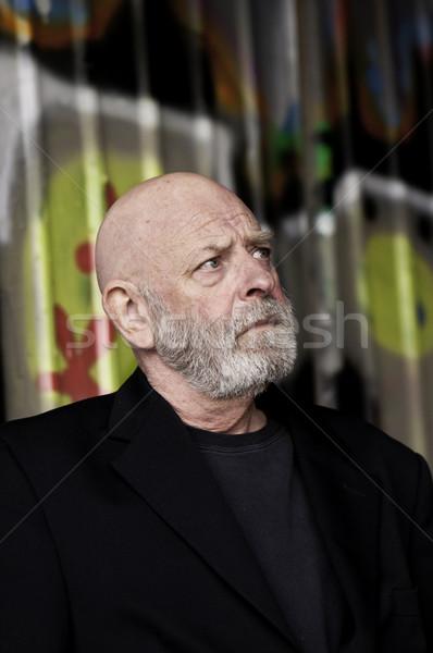 Yaşlı adam bakmak siyah tişört Stok fotoğraf © stockfrank