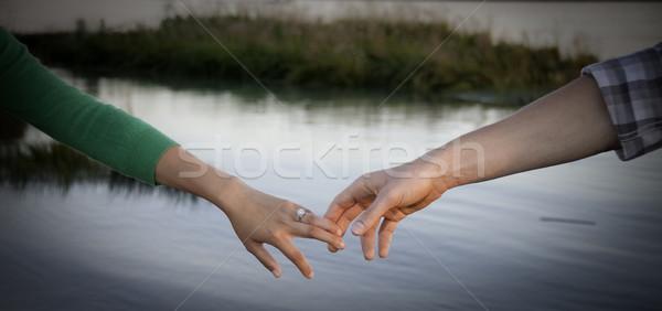 пару , держась за руки молодые рук прикасаться воды Сток-фото © stockfrank