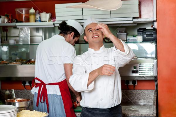 Szakács dob pizza pörgés levegő üzlet Stock fotó © stockyimages