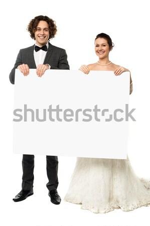 Fiatal pér áll fehér tábla mosolyog kamera kéz Stock fotó © stockyimages