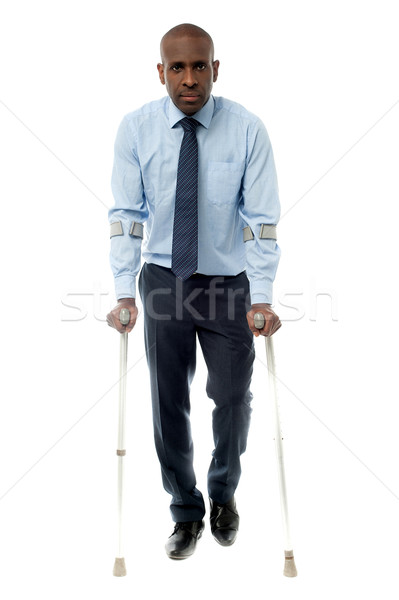 Stock fotó: Középkorú · férfi · sétál · kettő · mankók · afrikai · üzletember