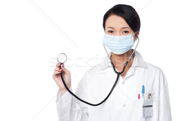 Kobiet lekarz stwarzające stetoskop młodych medycznych Zdjęcia stock © stockyimages