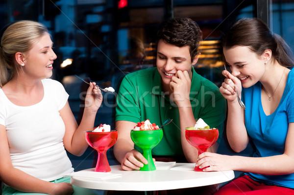Drei Freunde genießen verlockend Dessert Tag Stock foto © stockyimages