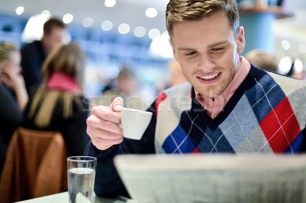 Hombre lectura periódico aire libre Servicio joven Foto stock © stockyimages