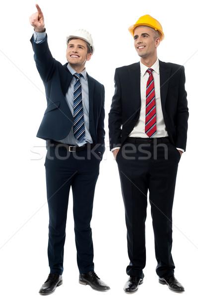 Twee mannen hoeden burgerlijk ingenieur tonen Stockfoto © stockyimages