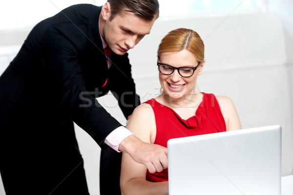 Foto stock: Equipe · de · negócios · ação · homem · indicação · laptop · mulher