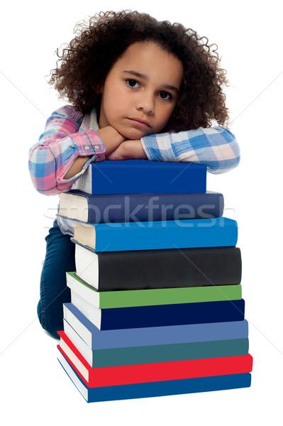 Foto stock: Triste · little · girl · entediado · leitura · conjunto · livros