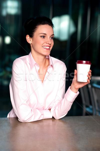 Nő fellebbezés pincér csinos nő élvezi hideg Stock fotó © stockyimages