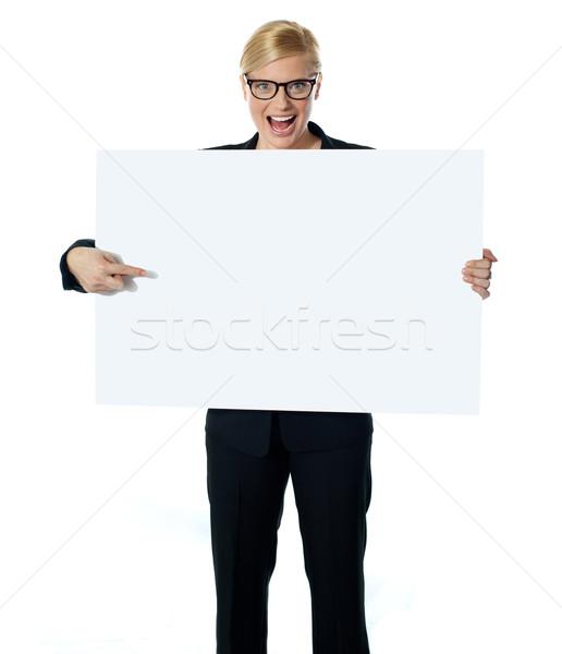 Elarusítónő mutat óriásplakát üzlet nő lány Stock fotó © stockyimages